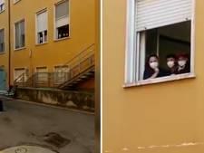 Video van de dag | 81-jarige Italiaan brengt serenade onder het ziekenhuis raam aan zijn stervende vrouw