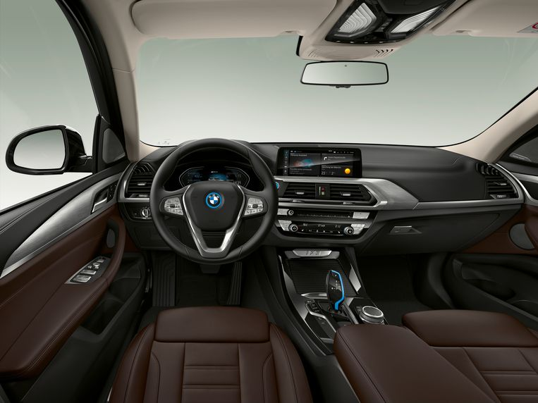 Met uitzondering van de blauwe lijnen (ook rondom het logo op het stuur) zal het interieur van de iX3 voor BMW-rijders vertrouwd voorkomen. Na het beroeren van de (blauwe) startknop klinkt een compositie van een der beroemdste filmmuziekcomponisten, Hans Zimmer.  Beeld