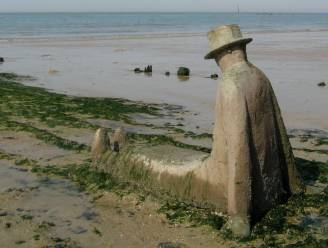 'Zittende man' verdwijnt opnieuw voor enkele maanden van het strand in Knokke
