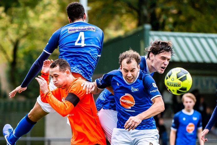 Joost Schalk  van Beek Vooruit (linksonder) krijgt drie tegenstanders van TSC in zijn nek.