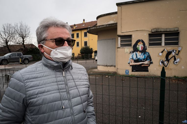 Camillo Bruschi bij de muurtekening die symbool staat voor de strijd van Codogno tegen covid-19. Beeld Nicola Zolin
