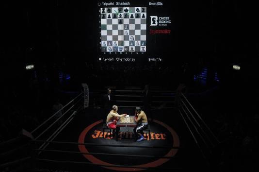 Het blijft een raar uitzicht: een boksbord middenin een boksring.