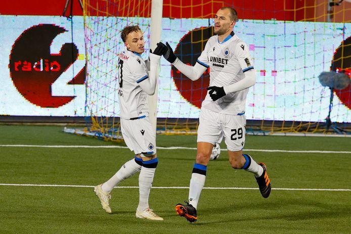 Noa Lang feliciteert zijn nieuwe teamgenoot Bas Dost met zijn goal.