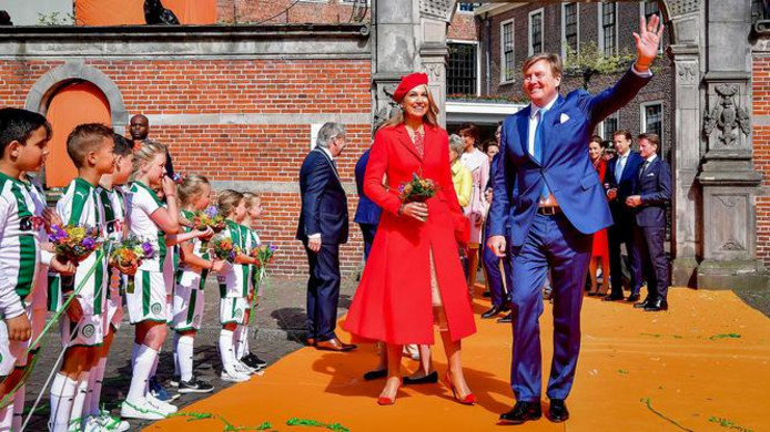 Koning Willem-Alexander, koningin Maxima en prinsessen Amalia, Ariane en Alexia tijdens Koningsdag 2018 in Groningen