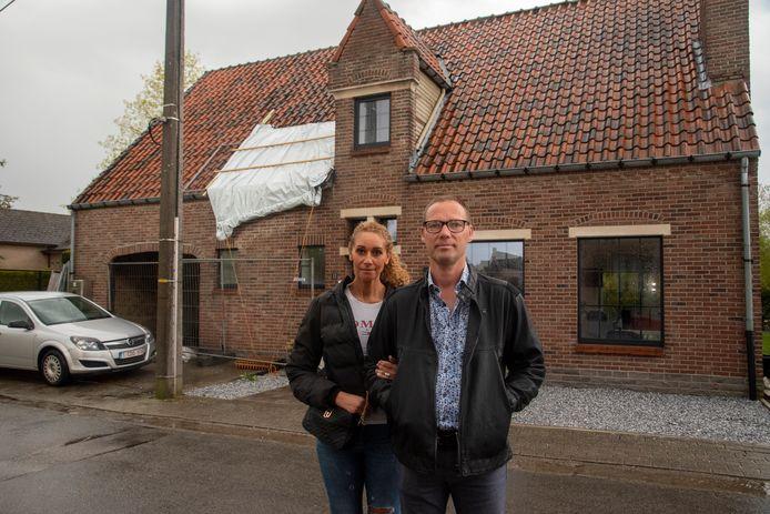 Geert Van Caelenbergh en zijn partner Raja aan hun getroffen woning.