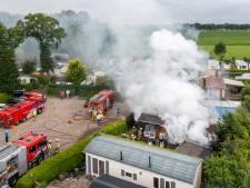 Chalet op camping in Nunspeet brandt volledig uit: 'Vuur was te heet om zelf te blussen'