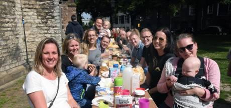 Honderden Dordtenaren genieten van Pinksterontbijtje bij de Grote Kerk