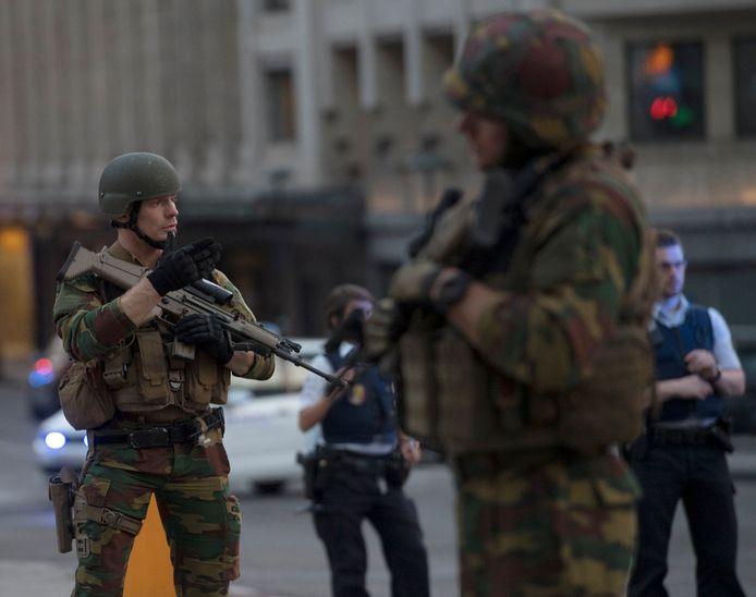 Militairen kammen de omgeving uit rondom het station.