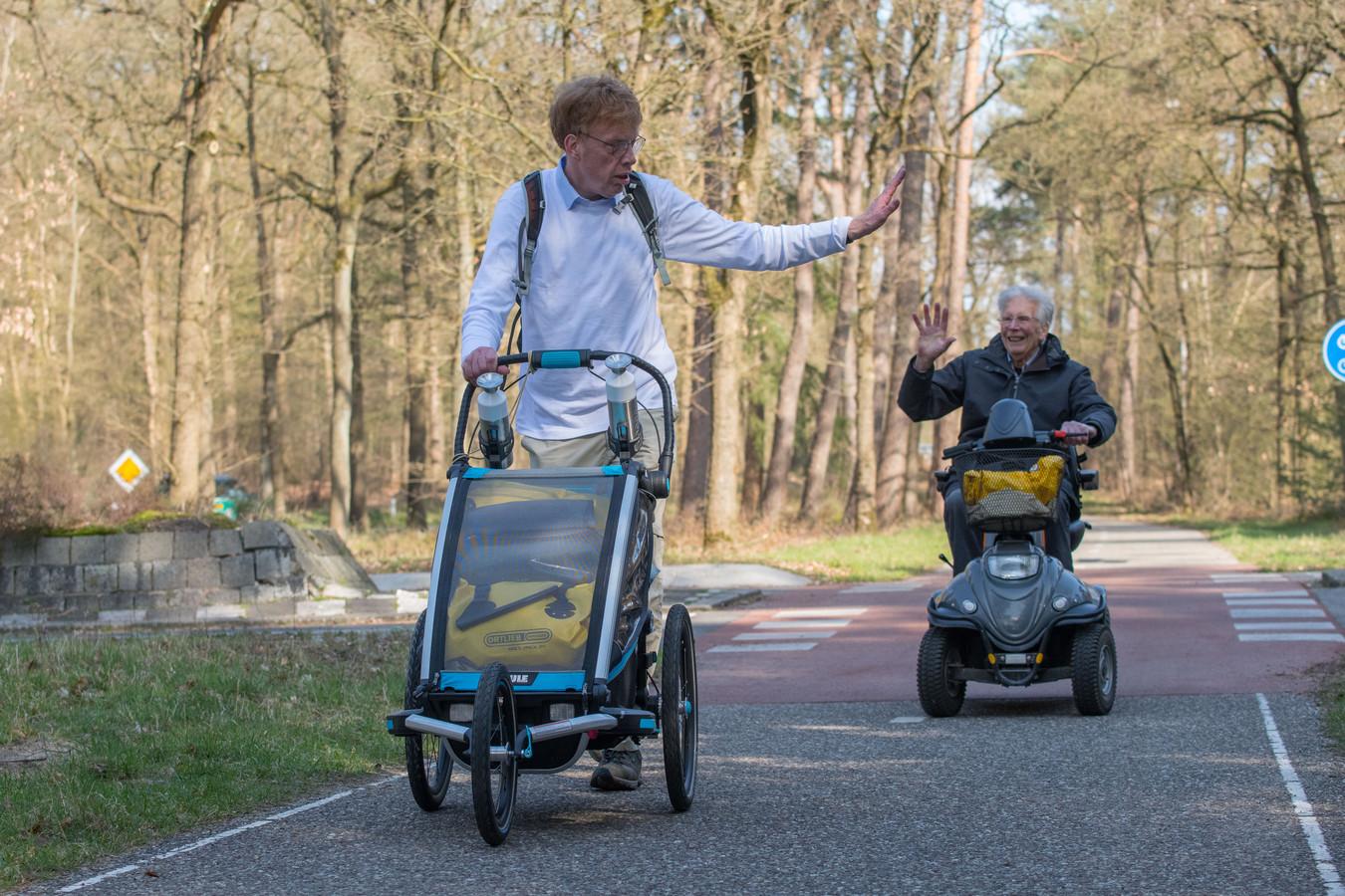 Casper Roemers is op weg naar Santiago de Compestella. Aan de rand van Nunspeet werd hij uitgezwaaid door z'n vader.