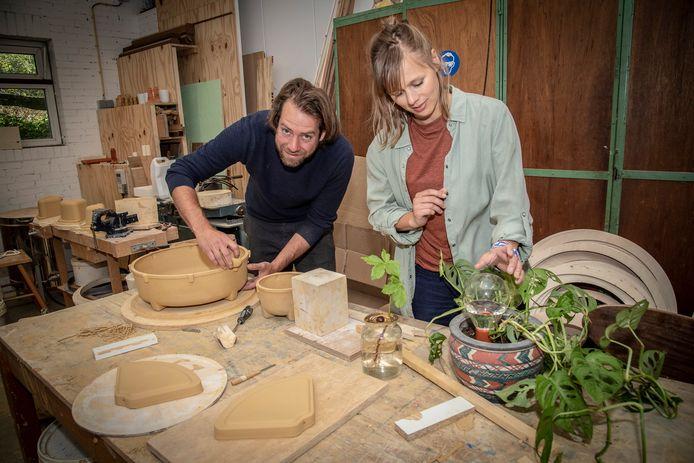 Thomas Linssen en Jana Flohr aan de slag in hun werkplaats. Ze ontwikkelen en bedenken producten die het leven makkelijker en groener maken.