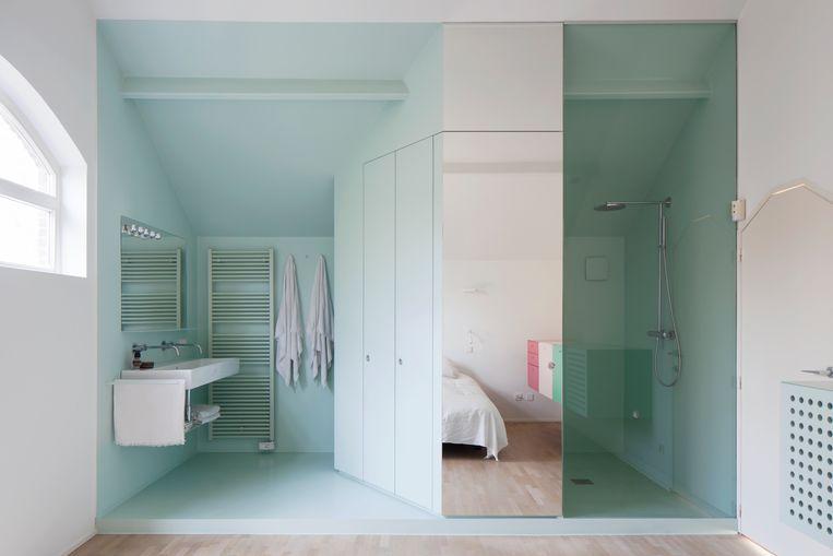 Bij de herinrichting van de bovenverdieping hoorde onder andere een zeegroene badkamer. Beeld Johnny Umans