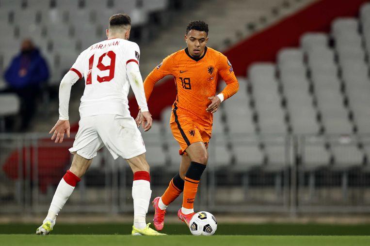 Donyell Malen tegenover Kenan Karaman tijdens het WK-kwalificatieduel tussen Nederland en Turkije. Beeld ANP