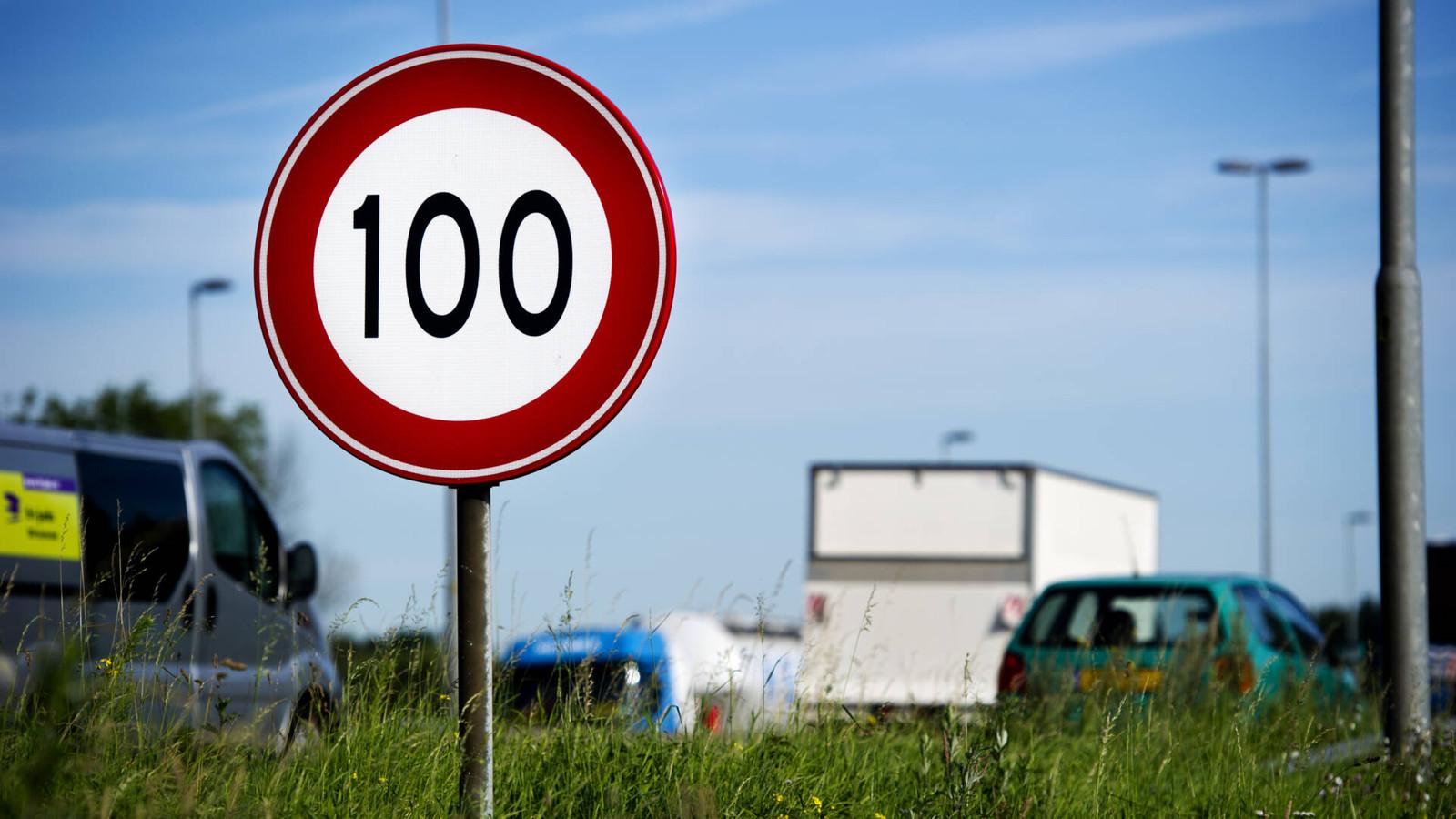 Ruim een jaar lang 100 kilometer per uur: de meeste Nederlanders willen graag weer wat sneller rijden.
