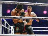 Bloedende Rico Verhoeven wankelt, maar prolongeert titel tegen Jamal Ben Saddik