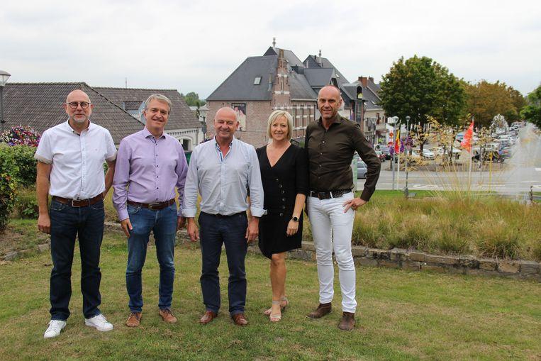 Het schepencollege van Gavere aan de Markt, één van de grote projecten deze legislatuur. Schepen Tanja Eeckhout kon niet aanwezig zijn bij het nemen van de foto.