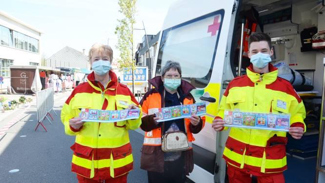 """Vrijwilligers Rode Kruis Denderleeuw-Haaltert starten stickerverloop op markt van Welle: """"Opbrengst gaat naar nieuwe Rode Kruistent voor preventieve hulpacties"""""""