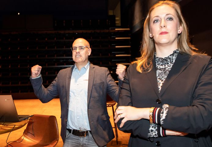 Carlo van Esch balt zijn vuisten als duidelijk wordt dat zijn PGB nét de VVD van Anne Cristien Spekle voor is gebleven.