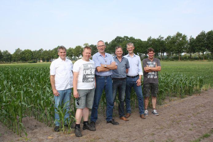 Marcel Nolten, Frank Sanders, Henk Geerdink, Bert Muller, Erik Volmerink en Jan Frons werken samen aan een betere bodemgezondheid.