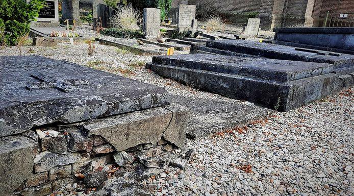 Niet alle graven zijn meer in een goede staat. Deze staan op de nominatie om geruimd te worden.