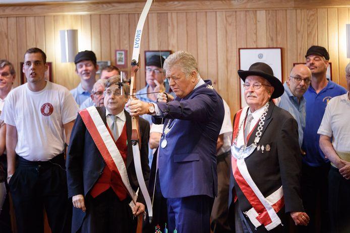 Burgemeester Petter loste het eerste schot tijdens de verschieting in 2016. Rechts van hem hoofdman Thijs van Mourik.