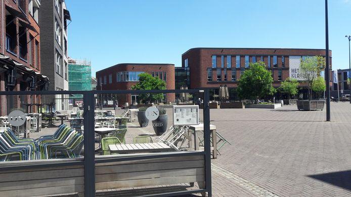 Kaatsheuvel, het centrale Anton Pieckplein met het terras van Du Nord en op de achtergrond dat van Bij Anton.
