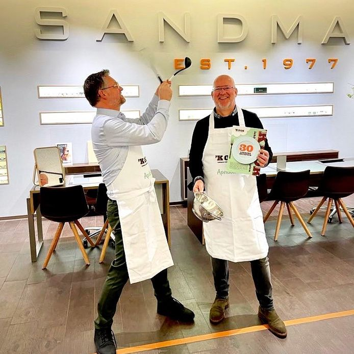 Initiatiefnemers Patrick Sterenberg (links) en Paul Mol (rechts): eigenaars van Sandmann Optiek én initiatiefnemers van het boek 'K OOK.