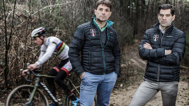 Christoph (l.) en broer Philip Roodhooft kijken hoe hun protegé Mathieu van der Poel een training afwerkt in het bos van Lichtaart. Beeld © Bob Van Mol