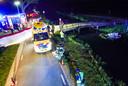 Aan de Soemeersingel in Helenaveen is een auto in het water terechtgekomen.