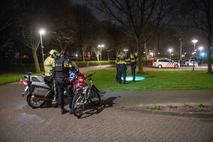 De politie zocht in de wijk naar de dader van de beroving.