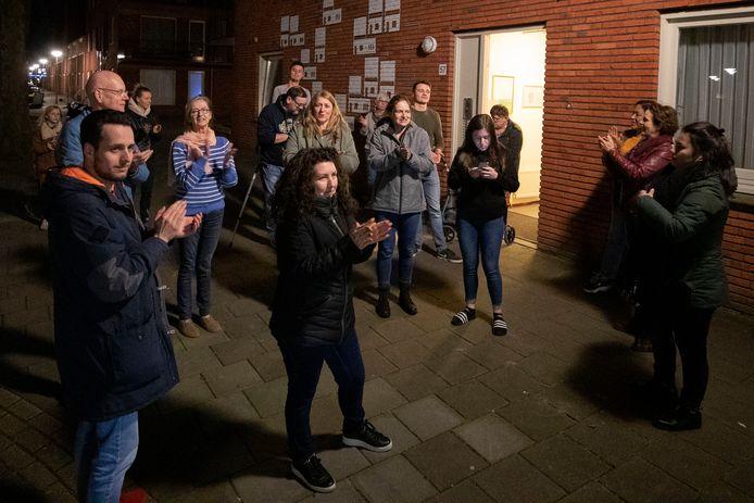 Eindhoven ED2020- 3432 Bewoners van de Kempensebaan klappen voor zorgpersoneel