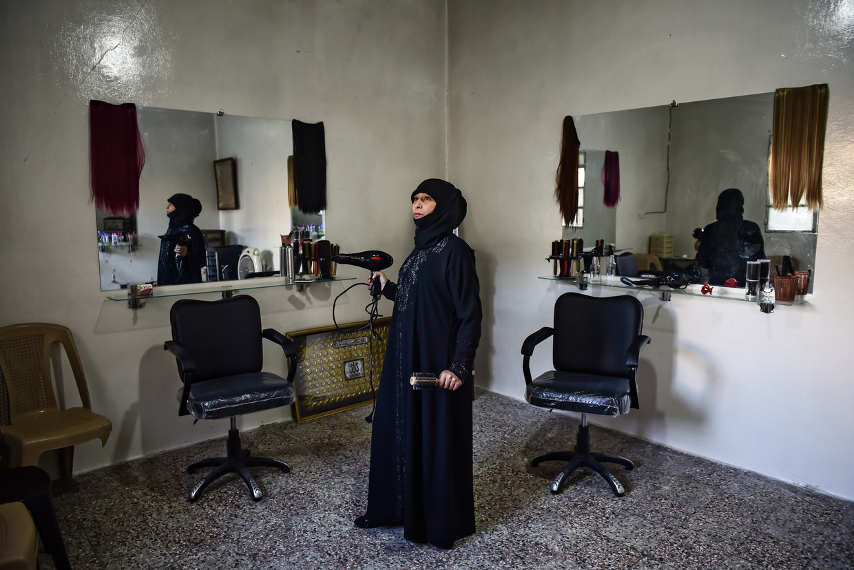 Drie jaar nadat haar man in de oorlog was omgekomen, opende Fatima Rawass vorig jaar mei in Aleppo een schoonheidssalon voor gesluierde vrouwen.