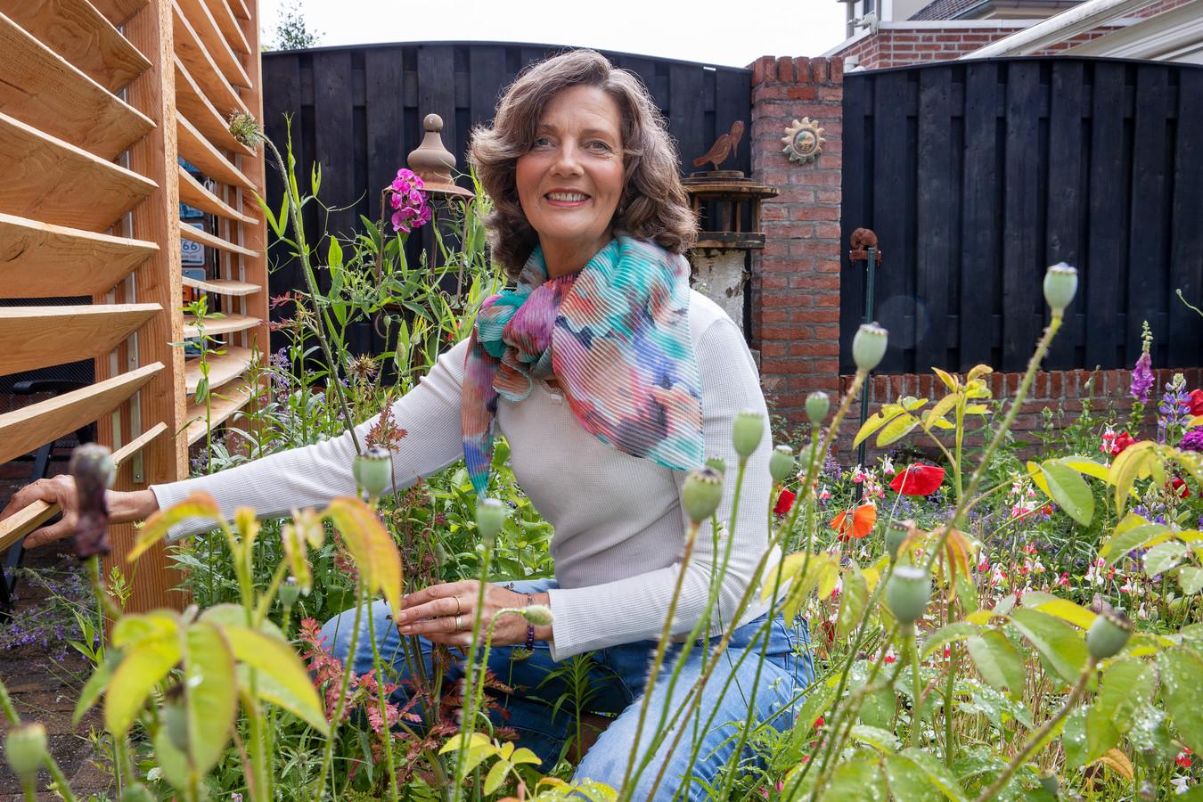 Lianne Stevens in haar bloemrijke tuin in Waalre