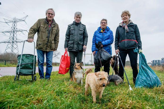 De afvalbrigade in actie, met (vlnr) Marius Uitewijk, Gerrit Vervoorn, Marijan Holsbeek en Marian Rupert.