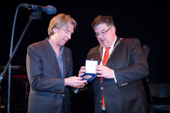 Frank Boeijen, Hubert Bruls, en de zilveren erepenning. In 2013.