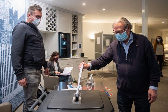 In Oisterwijk (Noord-Brabant) weten al hoe een stembureau er tijdens de coronacrisis uitziet. Zij mochten in november stemmen vanwege een gemeentelijke herindeling.