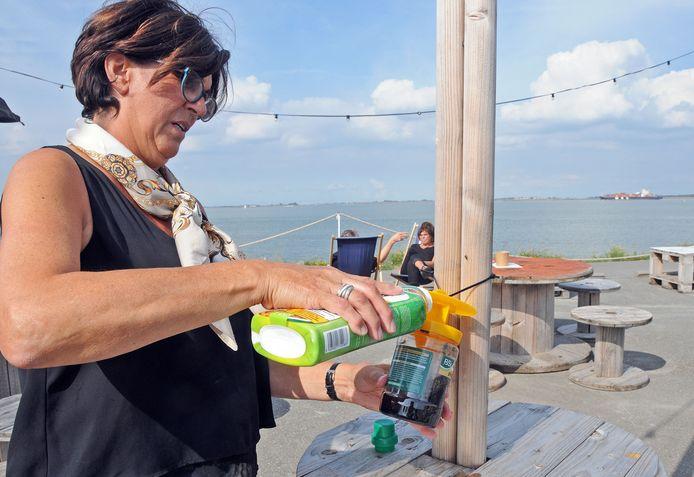 Hilde Mahu van Bar Goed vult de pot bij met een biologisch lokmiddel.
