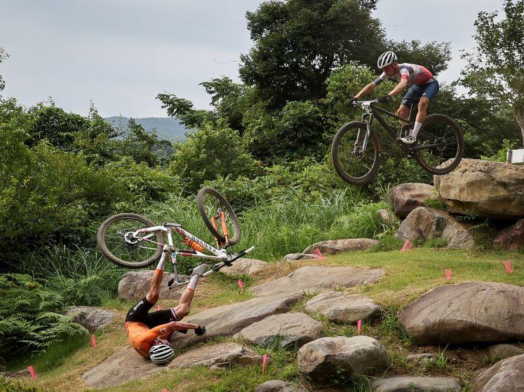 De zware valpartij van Mathieu van der Poel in het olympische mountainbike