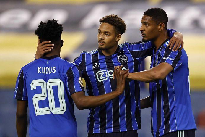 Mohammed Kudus, Devyne Rensch en Sebastien Haller (vlnr) vier de 100ste goal van Ajax.