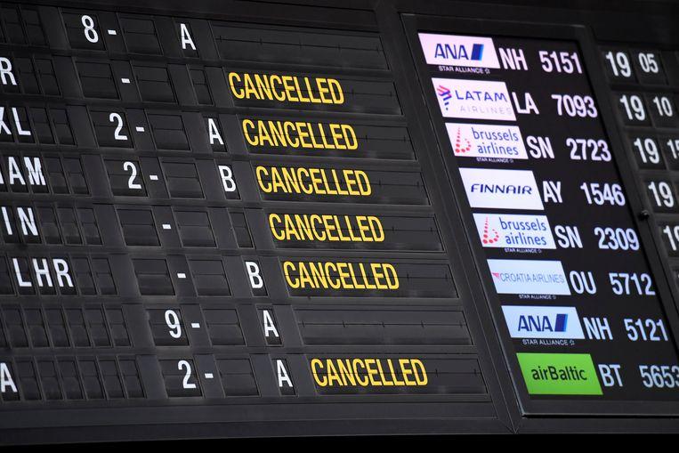 Veel vluchten zijn al afgelast, voor andere worden woekerprijzen gevraagd. Beeld Photo News