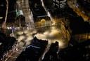 De Dam in Amsterdam was gisteravond vrijwel uitgestorven na het ingaan van de avondklok.