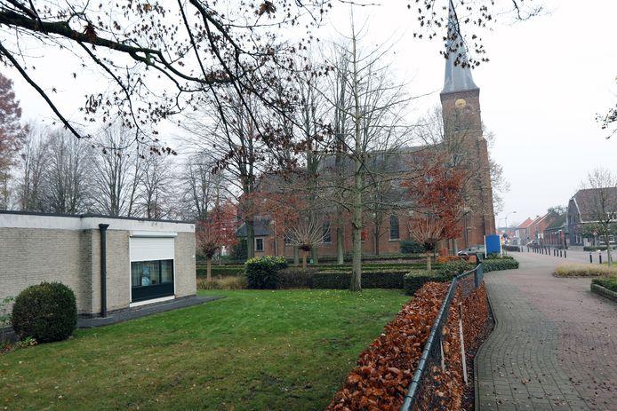 Het nieuwe administratief centrum komt naast de kerk. De pastorie links wordt gesloopt.