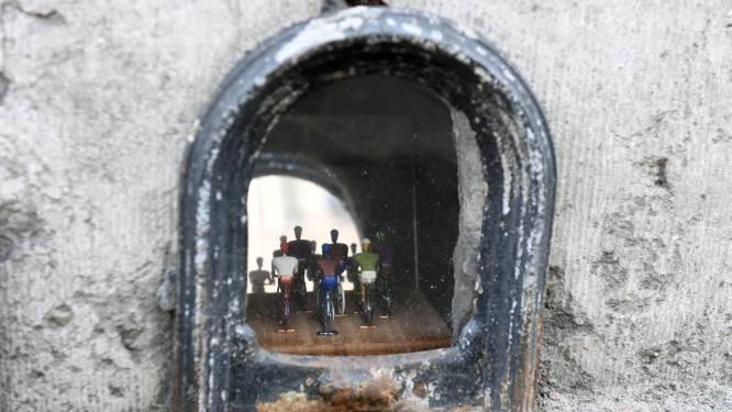 """Kunstenaar Jean De Keyser maakt miniaturen in holtes van oude huizen: """"Ik hoop dat mensen tijdens het WK tijd nemen om langs mijn kleine koerstaferelen te wandelen"""""""