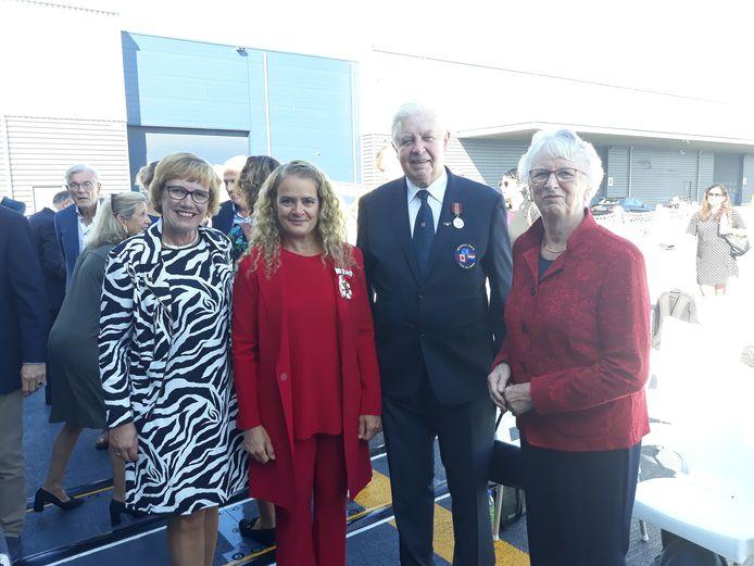 Nijverdaller Albert Hartkamp ontving zaterdagochtend een hoge Canadese onderscheiding. Vlnr: Hellendoorns burgemeester Anneke Raven, Canadese gouverneur-generaal Julie Payette, de gedecoreerde en zijn vrouw Rie.