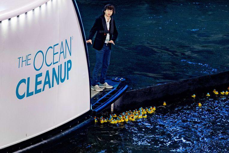Uiteindelijk hoopt de Nederlandse uitvinder Boyan Slat met Coca-Cola zeventien afvalschepen in de vaart te brengen. Beeld ANP