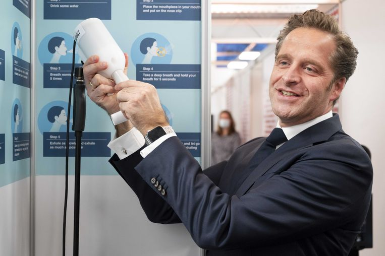 Demissionair minister Hugo de Jonge (Volksgezondheid) tijdens een inlichting over de SpiroNose. Beeld ANP
