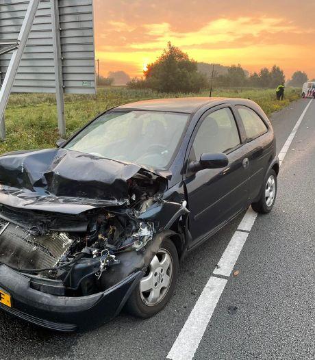 Auto flink beschadigd na botsing achterop vrachtwagen N11; chauffeur rijdt door