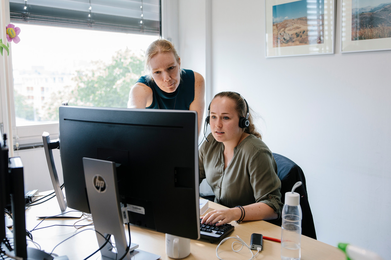 Laura Samwel en Laura de Haan in het regiecentrum van OLVG Oost. Beeld Marc Driessen