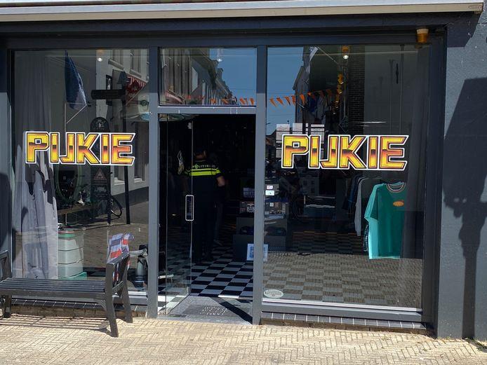 Stefan van Pijkeren, eigenaar van Tattoo Pijkie in Harderwijk, heeft vrijdagmiddag de man die een overval aankondigde om vervolgens een pet te stelen, met collega's na een achtervolging de haven ingesmeten.