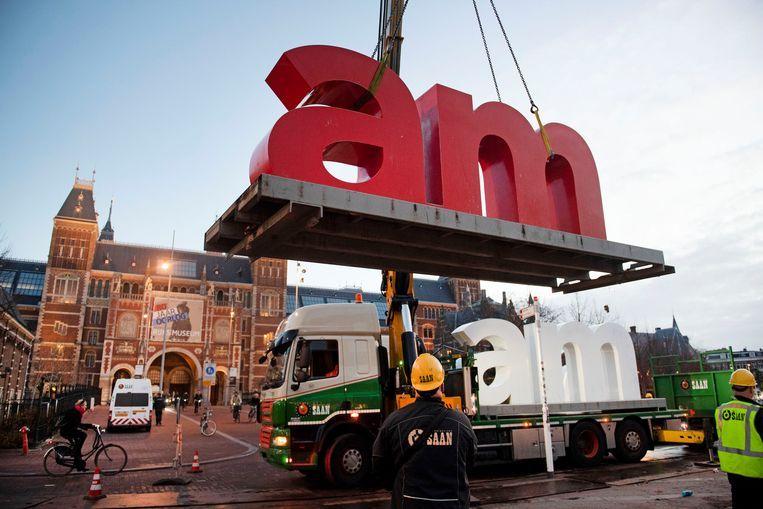 De rood-witte letters staan op wisselende plekken nadat ze zijn weggehaald van het Museumplein.  Beeld ANP