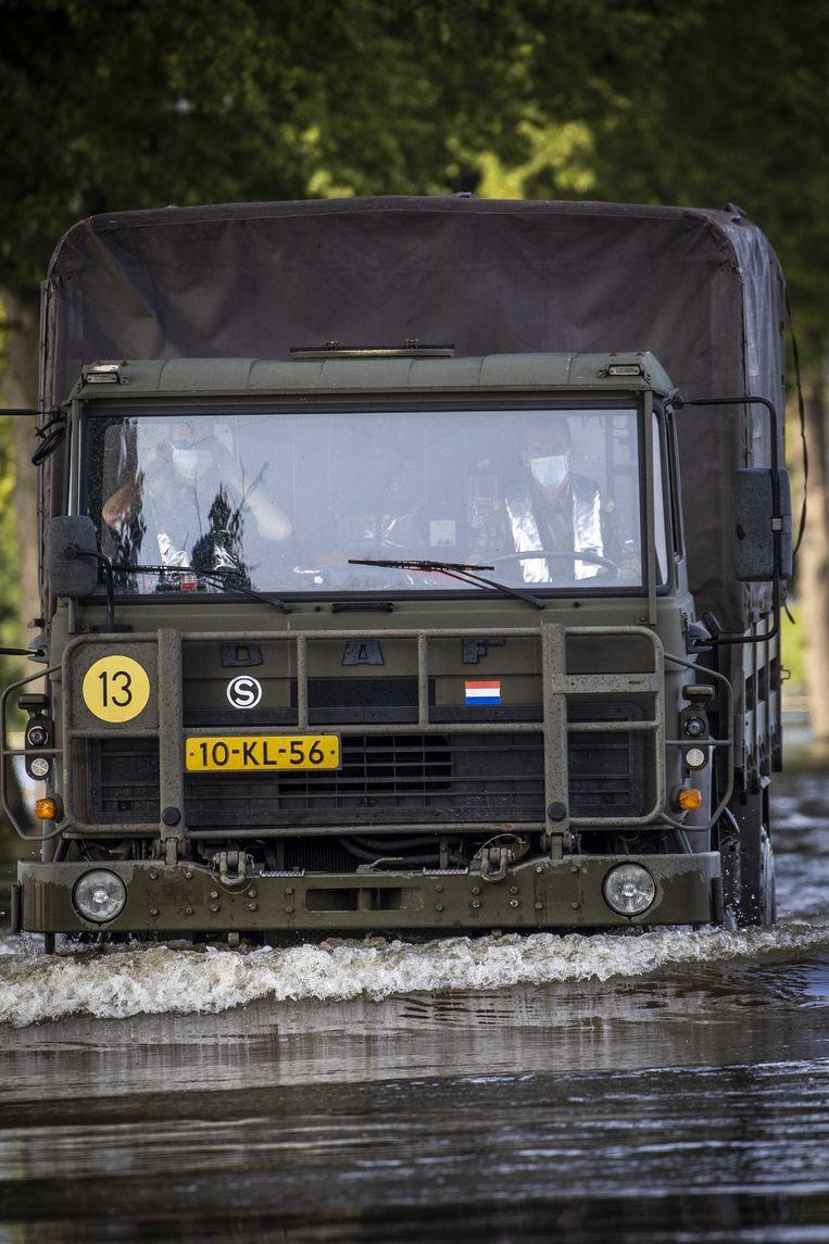 De pendeldienst van defensie in Bergen aan de Maas vanochtend.  Beeld ANP